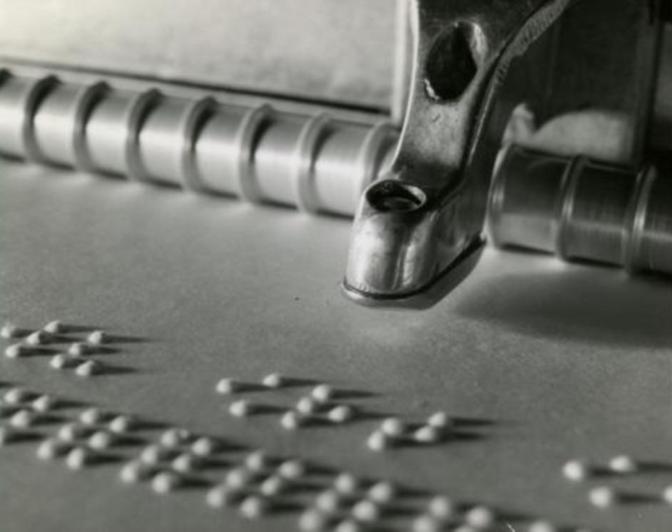 photo d'un gros plan sur le curseur d'une Perkins formant des lettres sur une feuille